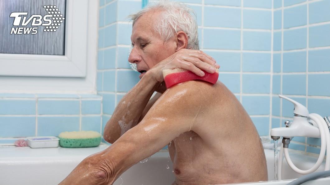 老翁洗澡跌倒,遭圓罐插入肛門。示意圖/TVBS 老翁洗澡滑倒…圓罐插肛門 醫挖1小時靠「這個」取出