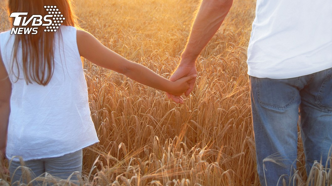 爸爸的離開讓原PO體會到,「最不在意她不讀不回」的人,才是最愛她的人。示意圖/TVBS 每天說愛嫌煩…爸再也不讀不回 她痛哭500字告白