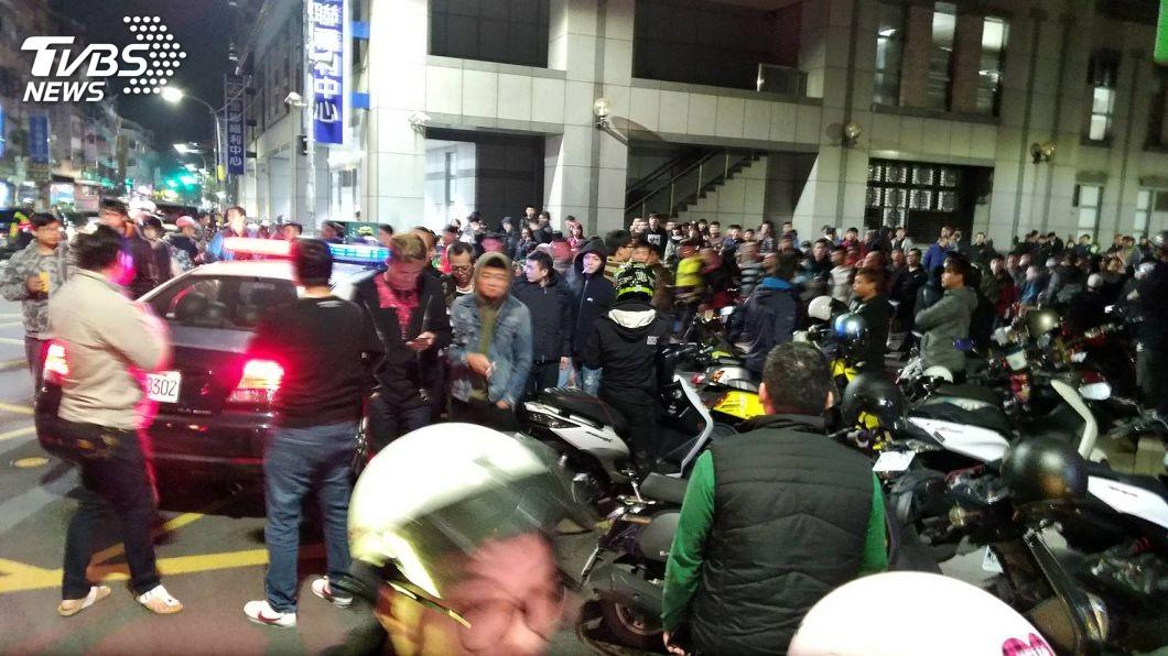 群眾氣憤包圍肉圓男的家。圖/TVBS