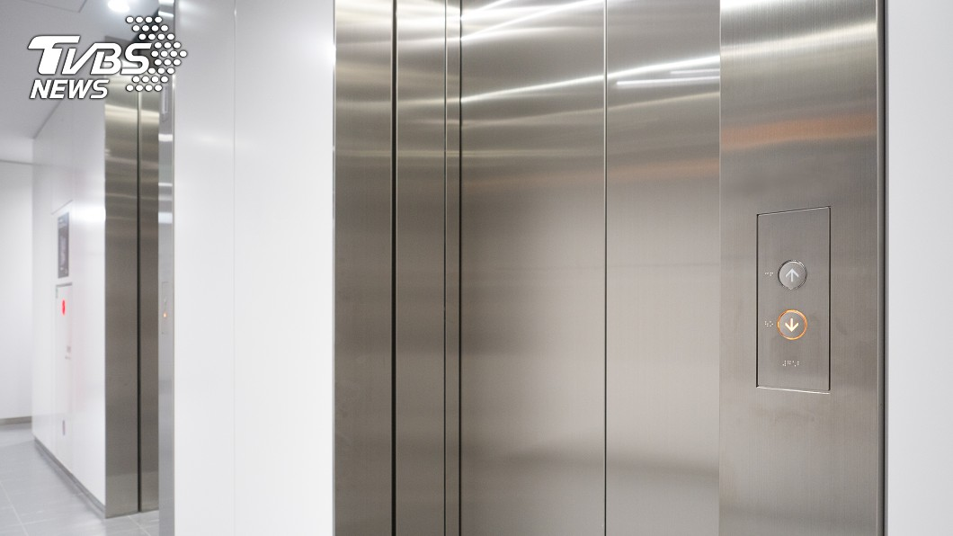 示意圖/TVBS 被關圖書館電梯一整晚 男狂按求救鈴仍「無人聽見」