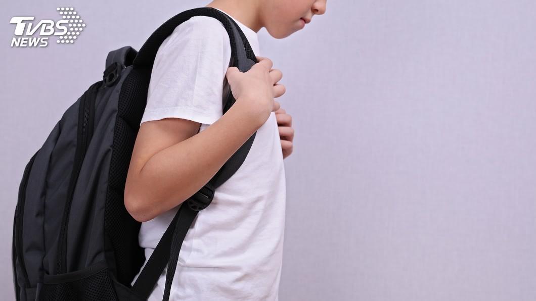 示意圖/TVBS 長期背重物易脊椎側彎 醫師:會影響胸部均勻