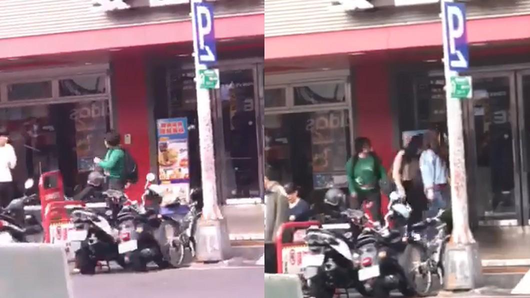 這名女士不但怒踹警示牌洩憤,還隨機朝路人吐口水。圖/爆料公社