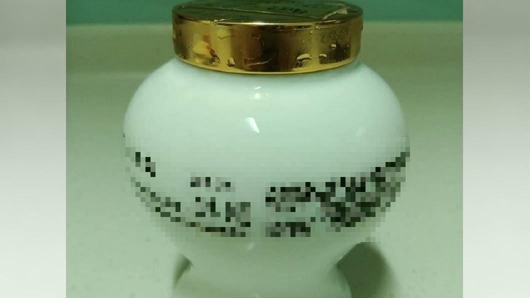 一名網友日前在冰箱發現古董神藥。圖/翻攝自爆廢公社臉書 阿嬤的法寶!他打開冰箱整理 竟找到「古董神藥」