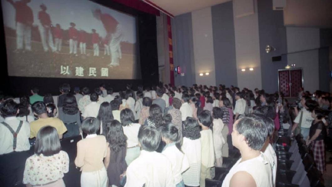 有網友分享早期去看電影時,還得起立唱國歌。(圖/翻攝自爆怨公社)