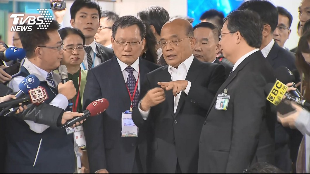 行政院長蘇貞昌一上任就到桃園機場視察豬瘟防疫。圖/TVBS 蘇貞昌回來了!上任首日下馬威 她驚:公務員剉咧等