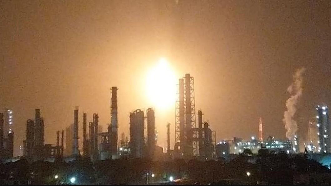 有民眾拍下中油林園廠的巨大火光,非常顯眼嚇人。圖/爆料公社 快訊/中油林園廠跳電 燃燒塔冒巨大火光嚇人