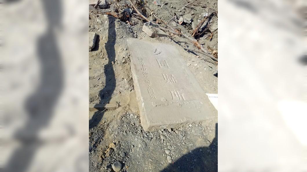 鹿港第一公墓開挖到清同治年間「女同歸所」等重要墓碑。圖/翻攝自臉書 痛心!百年古墓遭剷平 「成串玉鐲亂丟」學者轟離譜