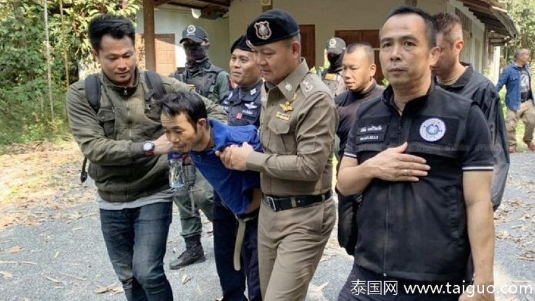 泰國一名狠心逆子竟然殺害養父還性侵生母,遭到警方圍捕。(圖/翻攝自泰國網微博) 變態逆子!殺養父性侵生母對姊施暴 200警圍捕抓人