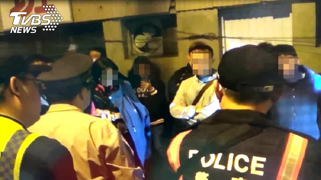 圖/TVBS 失控!女童遭17歲生母虐死 鄉民怒衝警局堵人砸車