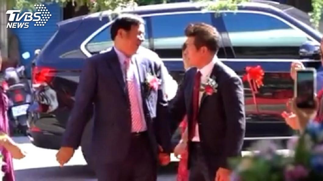 2位爸爸牽手對望還微笑。(圖/「老唐婚禮電影」授權提供)