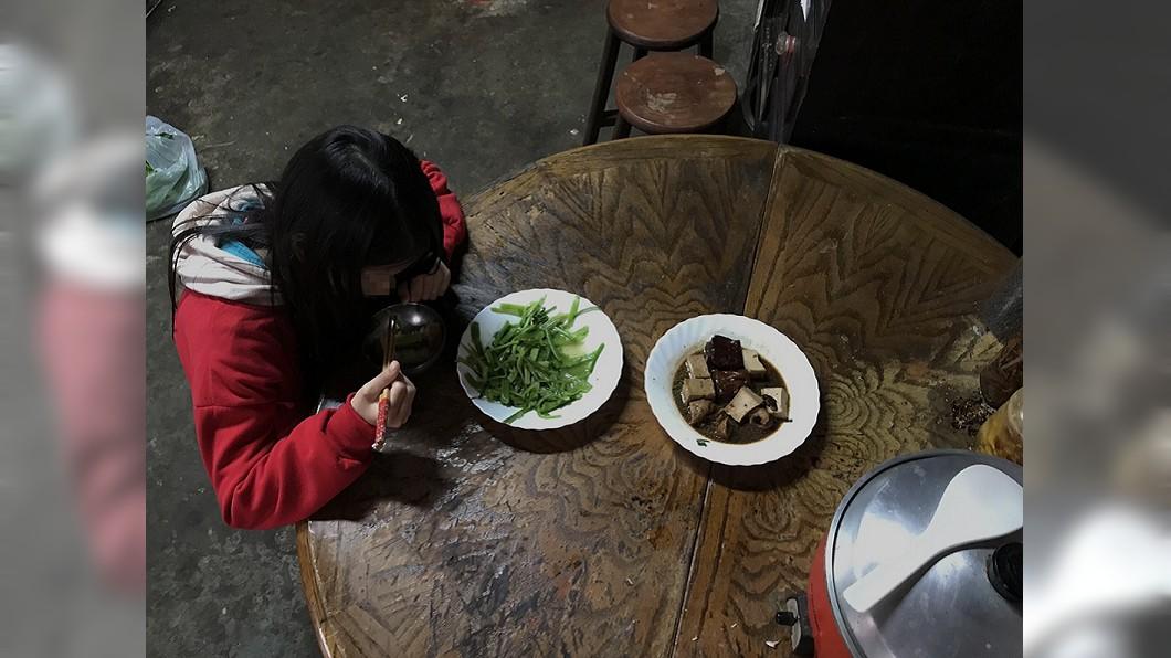 圖/中國信託慈善基金會提供 寒冬燒柴洗澡、2菜擋1餐 小五童沒說出口的願望...