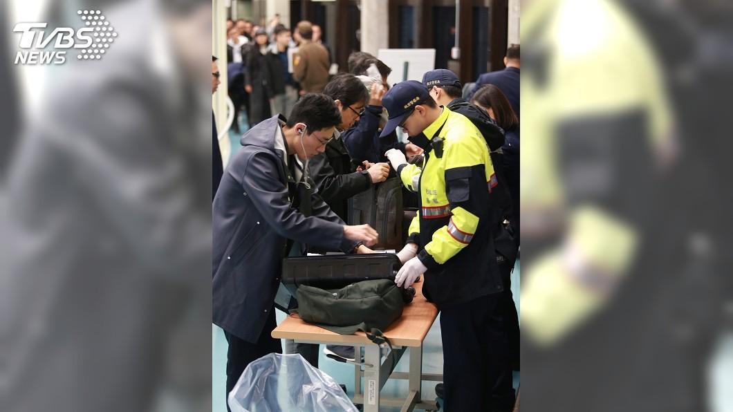 圖/中央社 嚴防非洲豬瘟 蘇揆要求百分百檢查疫區旅客行李