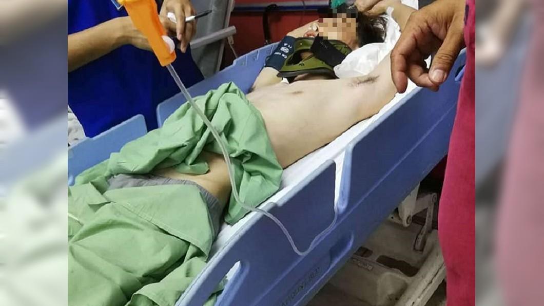 這名少年被20多人圍毆,仍在醫院治療中。圖/翻攝自Jessmine Thien臉書