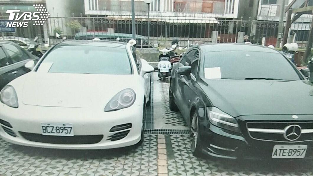 嘉義市警方破獲一起毒品工廠,現場更查獲嫌犯開的百萬名車,車牌號碼藏有玄機。(圖/TVBS) 警攻毒窟嫌驚鈔票滿天飛 開百萬名車「8957」藏玄機