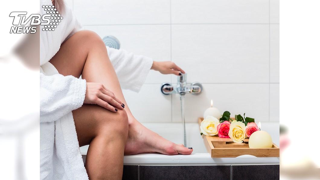 醫師提醒要注意腳的保暖,可在睡前讓腳泡熱水,且至少要泡到「腳踝」。示意圖,圖/TVBS 人的第二個心臟 注意保暖!泡腳泡到「這位置」