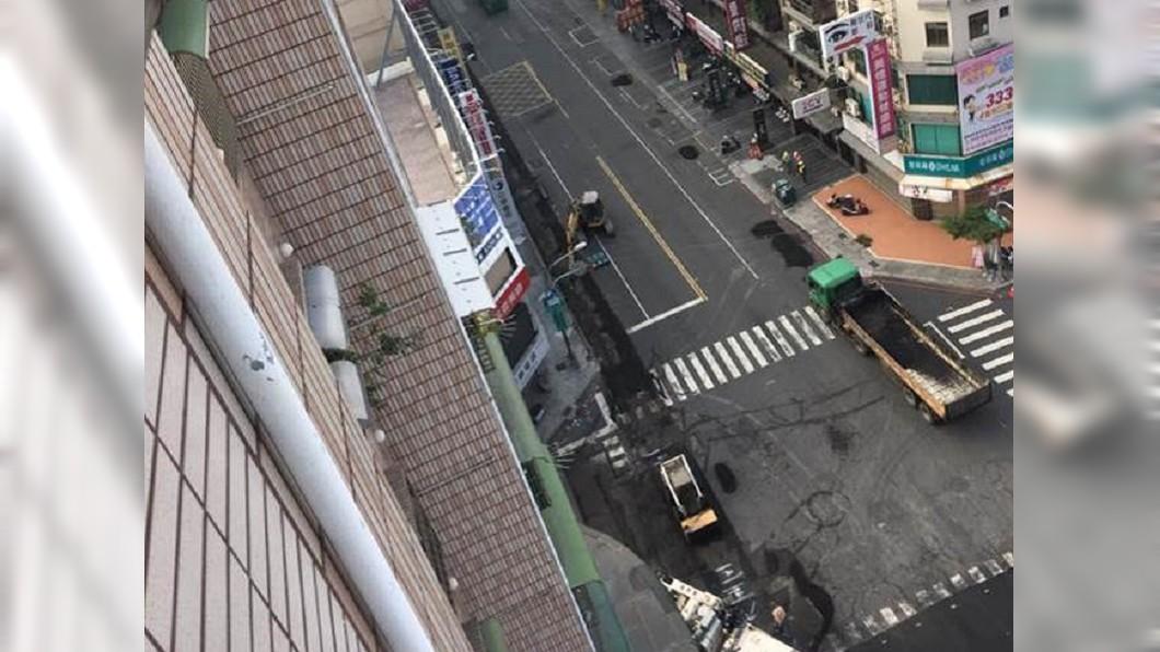 圖/翻攝自韓國瑜後援會臉書 韓國瑜上任不到一個月 網貼對比照讚:路見不平馬上鋪平