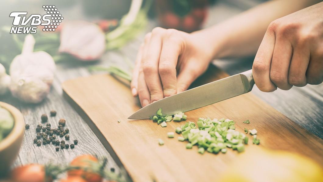 人妻製作便當示意圖。圖/shutterstock 老公沒洗碗 愛心便當變成「檳榔配白飯?」