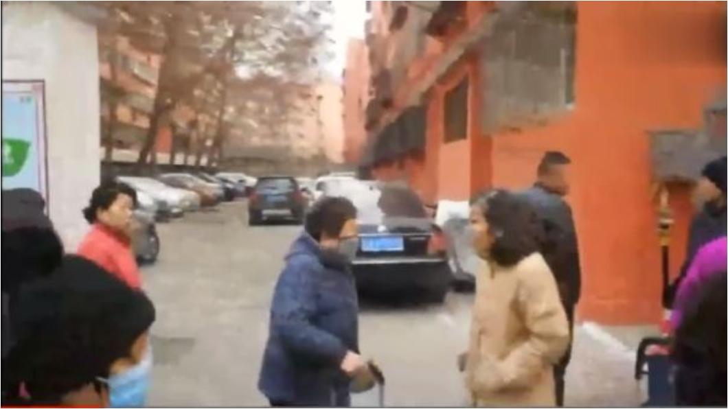 圖/翻攝自新京報 男跳6樓慘死住家起火 警一搜驚見5具屍體