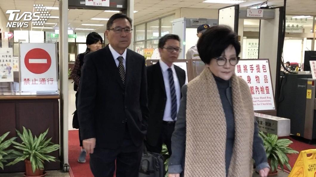 圖為盛平麟夫婦去年12月出 庭。 圖/中央社 心臟病須赴美就醫 前及人小學董座聲請解境遭駁