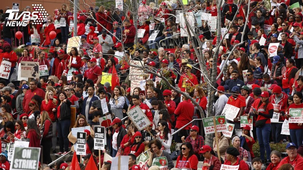 圖/達志影像美聯社 待遇協商雖有進展 洛城上萬罷工教師仍上街