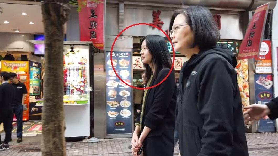 總統蔡英文日前釋出的影片中,一名長髮女子吸引不少網友注意。圖/翻攝自蔡英文臉書 當年一脫登上表特版 小英臉書8年級正妹小編是「她」