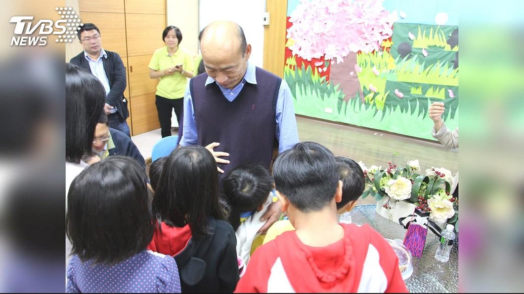 韓國瑜前日「一日兩哭」,尤其在兒童之家更是對孩子疼惜不已。圖/TVBS 韓國瑜選前因一封信淚崩 韓冰:他是全世界最好的父親