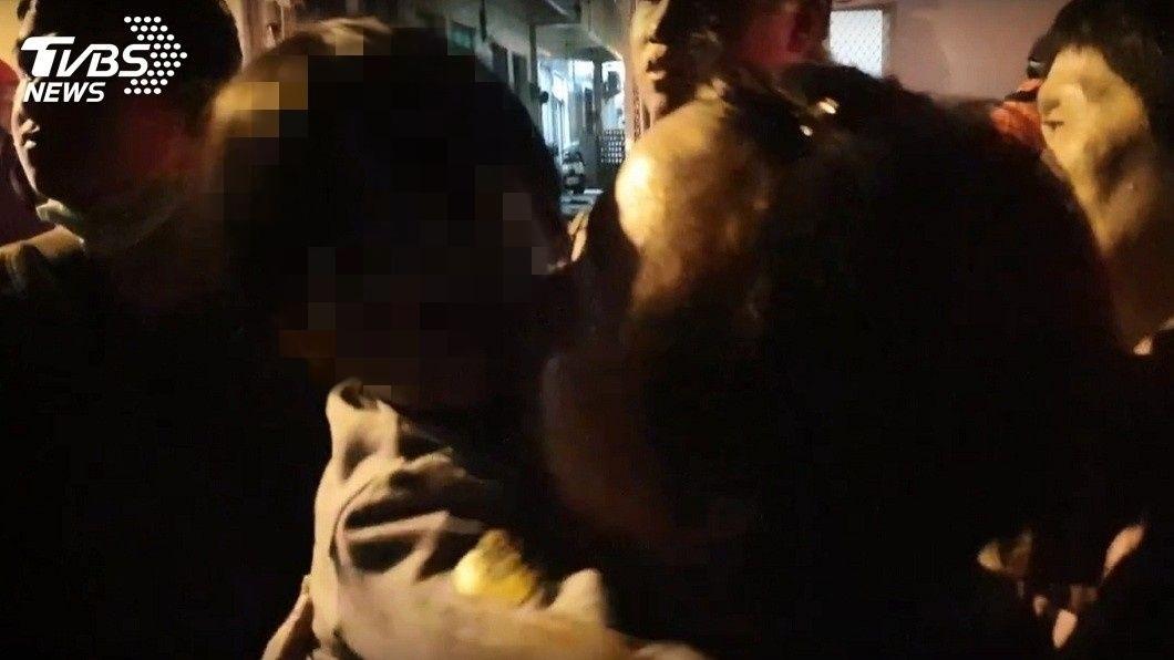 澎湖馬公一戶民宅19日晚間突然起火,民眾先後將2名受困在屋內的幼童救出來。(圖/TVBS) 民宅起火…鄰居路人衝入救幼童 高三生:社會需要更多愛