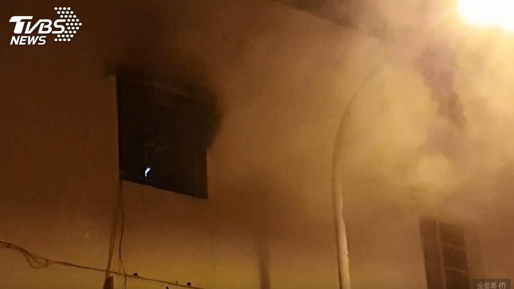 民宅起火整個濃煙密布。(圖/TVBS)