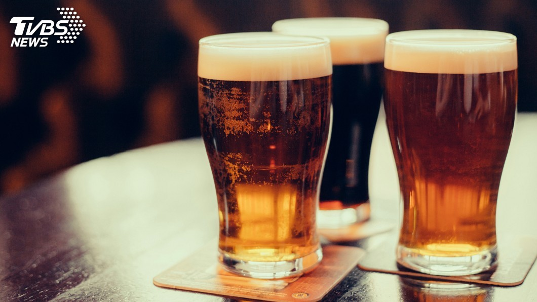 越南一名男子日前因為酒精中毒,醫師連灌他15瓶啤酒救命。(示意圖/TVBS) 男酒精中毒超標1119倍 醫師灌他15瓶啤酒救命