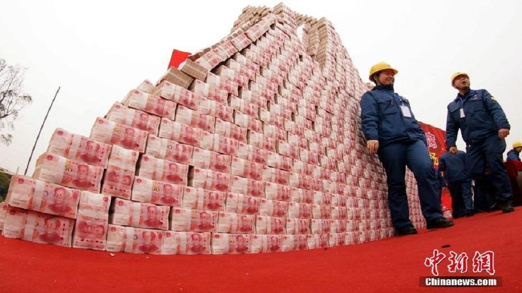 這座錢山的高度比人站起來還要高。(圖/翻攝自中新網)