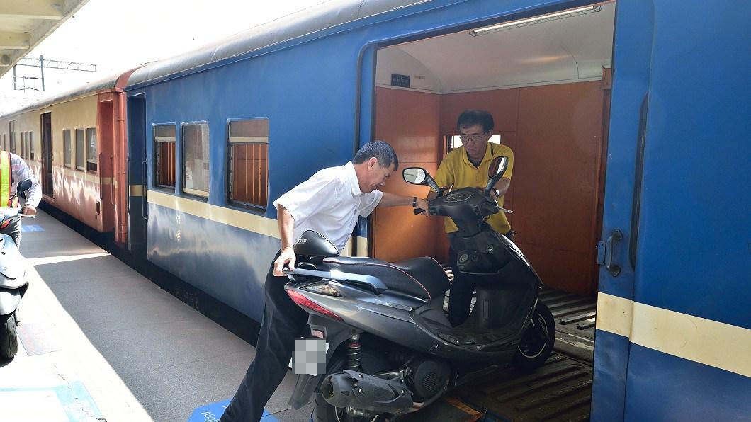 台鐵自3月1日起將停駛行包專車,機車託運業務也將停辦。圖/台鐵提供 曾載雞載機車...台鐵行包列車 這天開出最後一班