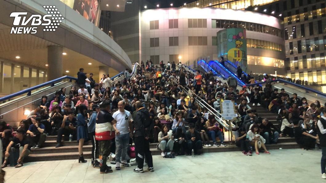 場外擠滿等待進場的歌迷。圖/TVBS