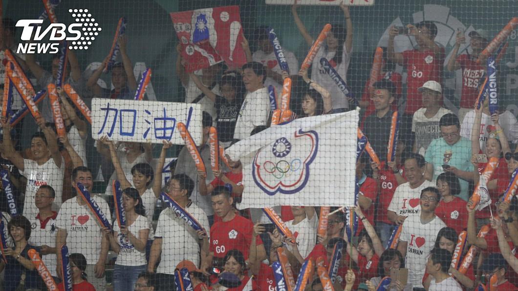 為中華隊加油的民眾。圖/TVBS 台灣通包2020東奧棒球兩項資格賽 享主場優勢!
