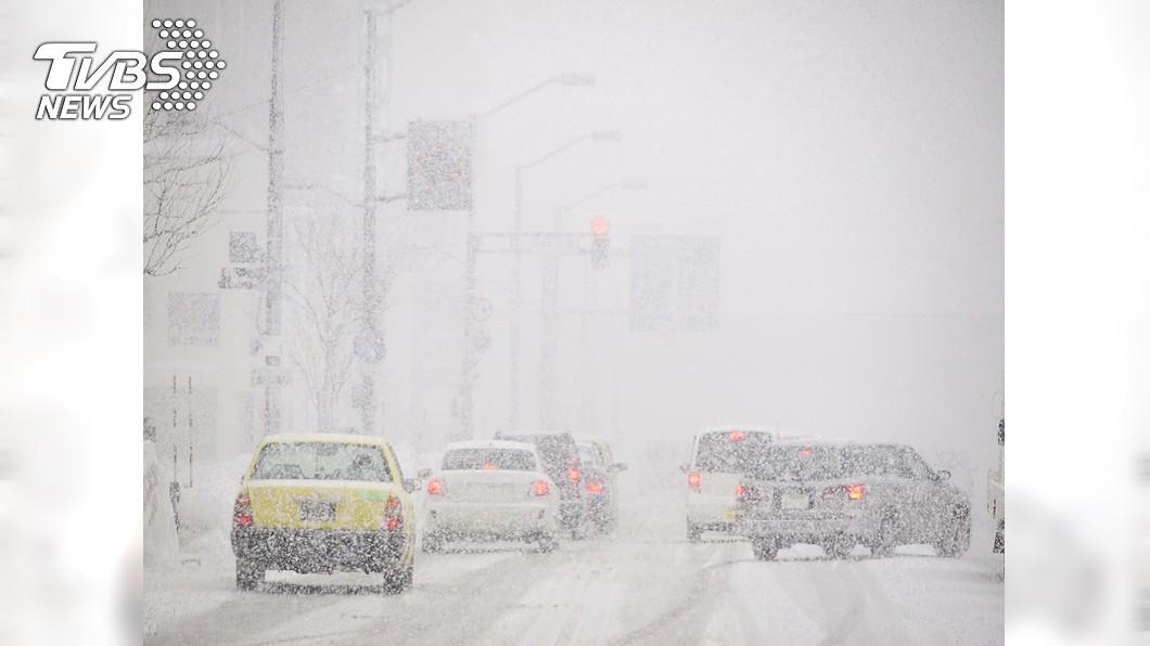 日本北海道連2日降下大雪。圖/TVBS 返家車卡雪堆 阿伯徒步走百米「凍死家門前」