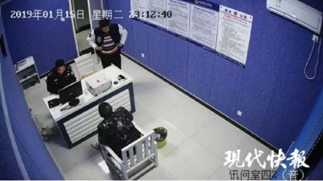 江蘇一名男子慌慌張張地跑到警局報案。(圖/翻攝自現代快報) 買冰毒卻收到冰糖 傻男去警局報案:幫我討錢