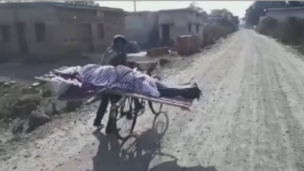 印度一名少年因出身賤民階級,母親驟逝鄰居不肯出手幫忙。圖/翻攝自iycpradeep推特 嫌他是「賤民」拒幫忙 孝子載母屍赤腳走5公里下葬