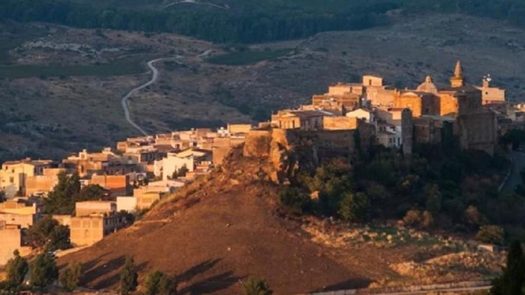 義大利西西里島桑布卡以1歐元販售鎮上數十間民宅。(圖/翻攝自Giuseppe Cacioppo 臉書) 義大利推「台幣35元」超狂房價 全球手刀秒殺10棟屋