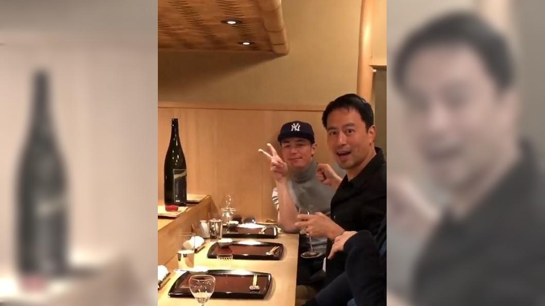 霍建華(左)坐在林熙蕾老公楊晨身邊,對著鏡頭俏皮比YA。圖/翻攝自林熙蕾臉書