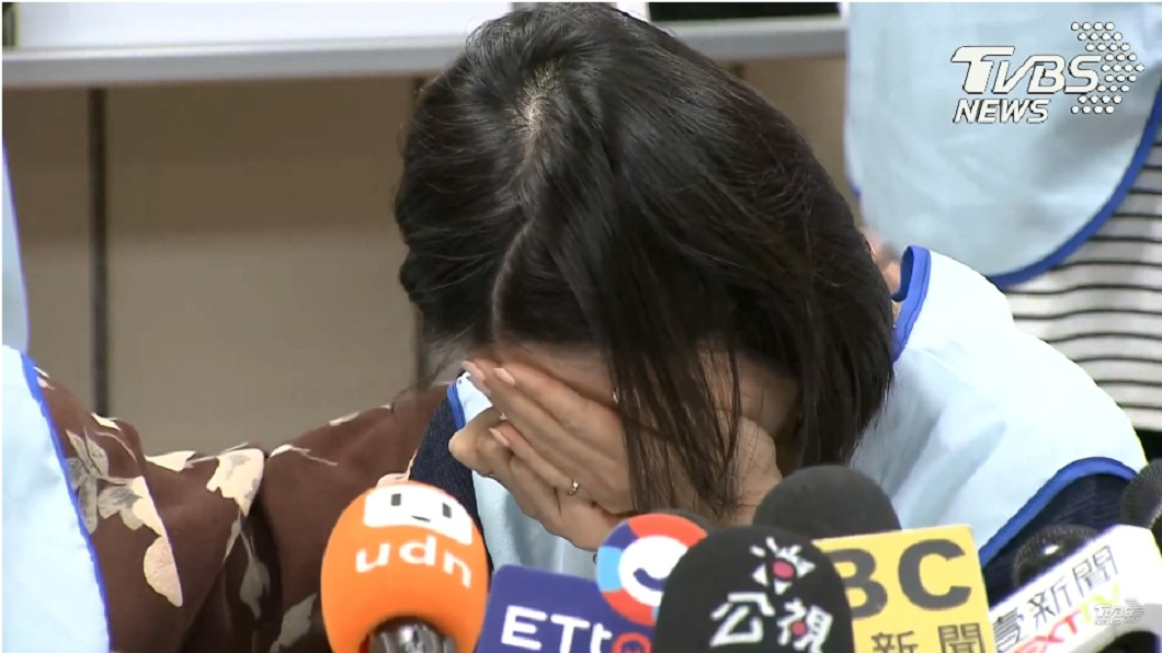 圖/TVBS 逼脫褲擦屁股!長榮空姐現身爆哭:忘不了他呻吟