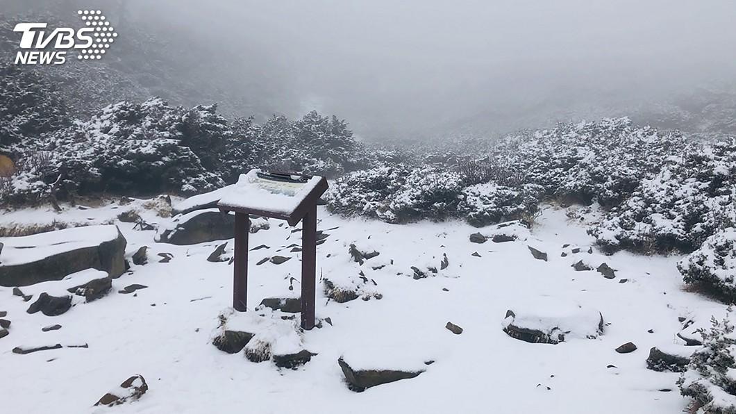 圖/中央社 雪山積雪5公分厚 設站以來入冬最晚降雪