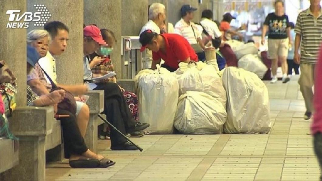 示意圖,非當事人。圖/TVBS 街友扛走整袋舊衣服「分送其他人」 卑微願望惹鼻酸