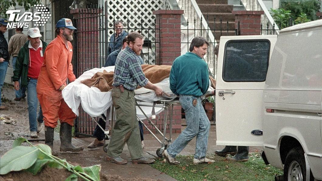 當時檢警人員在她的住處花園發現7具屍體。(圖/達志影像美聯社)