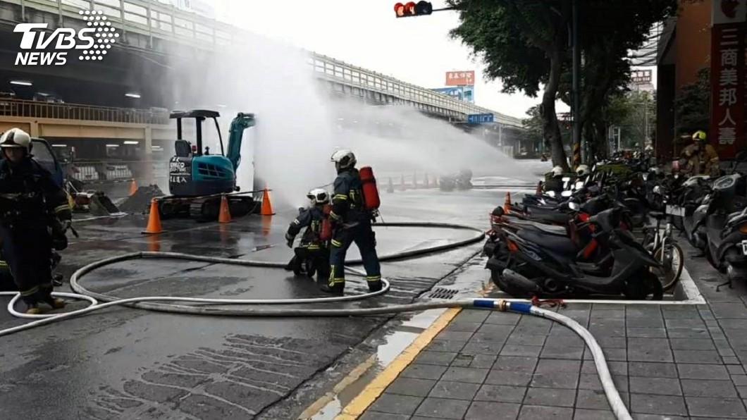 北市建國北路、民權東路口驚傳瓦斯嚴重外洩意外。圖/TVBS 北市驚傳瓦斯外洩 疏散逾8百人警消現場戒備