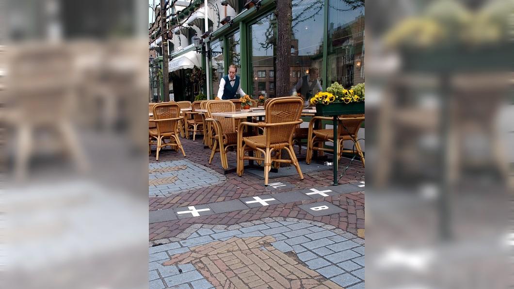 圖/達志影像美聯社 這裡吃飯同桌不同國? 地上「白色十字」藏玄機