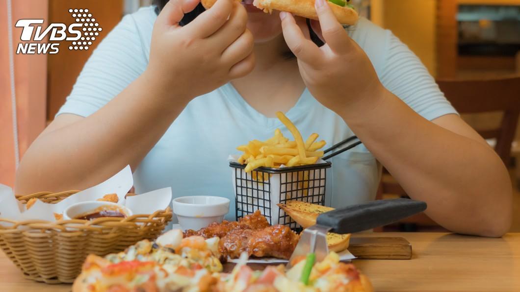 醫師警告短時間內吃太多食物恐會喪命。示意圖/TVBS 醫揭大胃王真相!胃被撐大壓迫內臟 有喪命危機