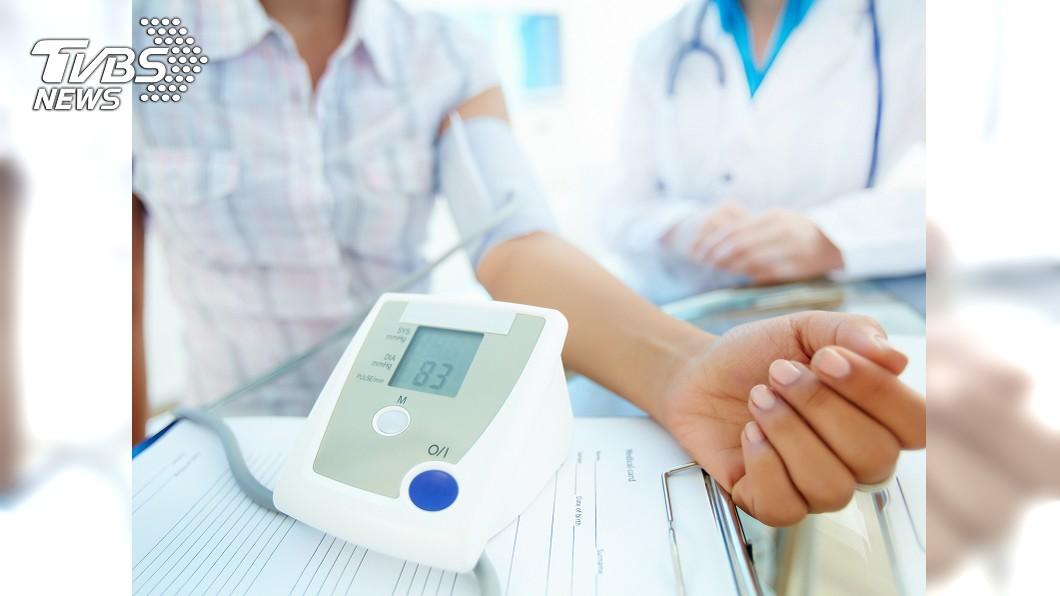 高血壓的影響是持續性的,患者千萬不能因沒有不舒服而停止用藥。示意圖/TVBS 沒有不舒服就沒事?高血壓未持續治療 嚴重恐猝死