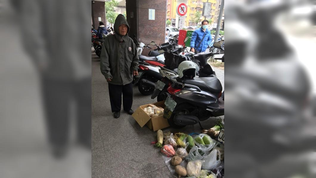 圖/翻攝自Dcard 80歲爺蹲郵局苦賣蔬果 她鼻酸曝:都沒有爛掉的…