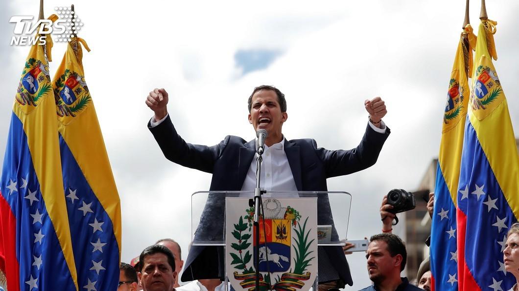 反對派領袖瓜伊多(Juan Guaido)自行宣誓就任臨時總統。圖/達志影像路透社 反對派領袖自封「臨時總統」 委國軍方不予承認