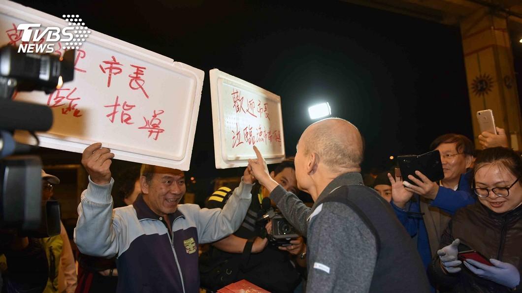 圖/TVBS 韓國瑜現身市場發紅包 攤商舉牌「市長救我們!」