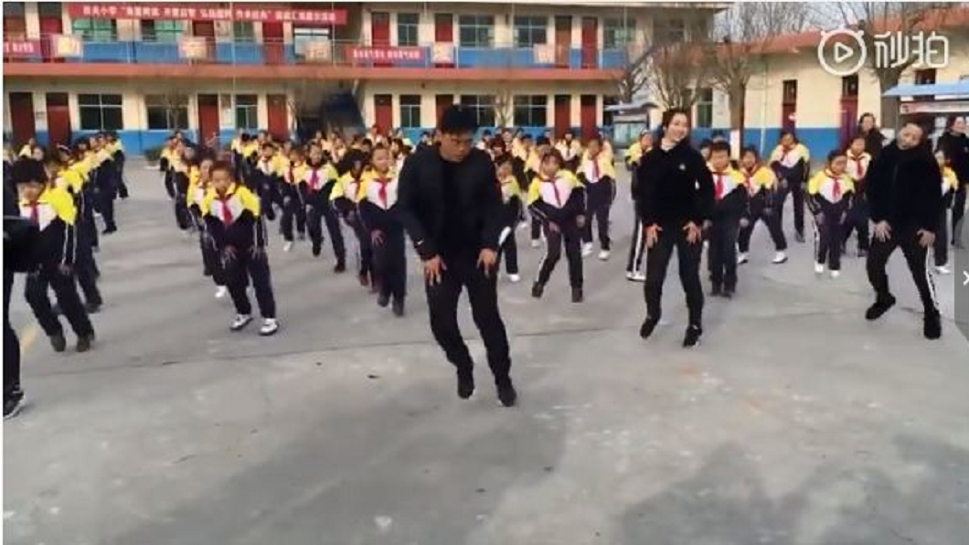 該名校長帶著全體700位師生一起大跳鬼步舞。(圖/翻攝自秒拍)
